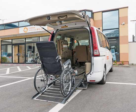車椅子対応の送迎車完備